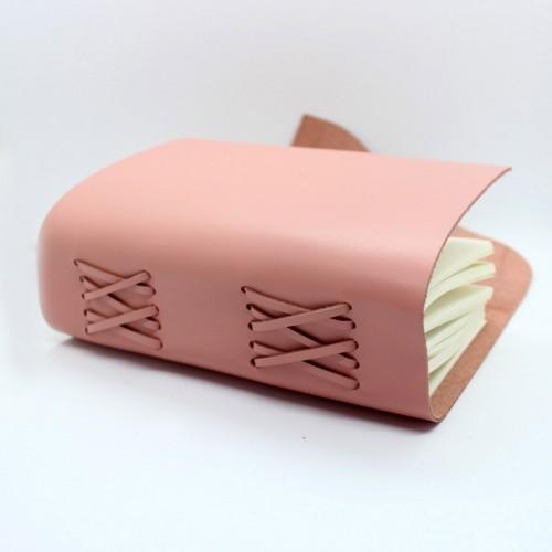 Кожаный блокнот формата A5 Comfy Strap Dolly в коробочке-7