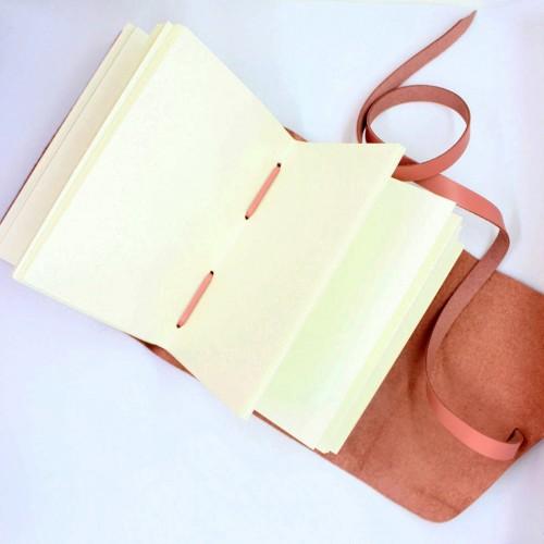 Кожаный блокнот формата A5 Comfy Strap Dolly в коробочке-3