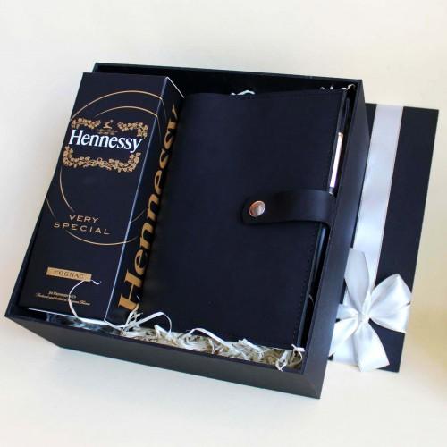 Деловой подарочный набор для мужчин с коньяком Hennessy и кожаным блокнотом ▶Presentable-10