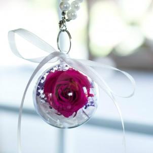 Брелок с долговечной ярко-розовой розой и белой гортензией-1